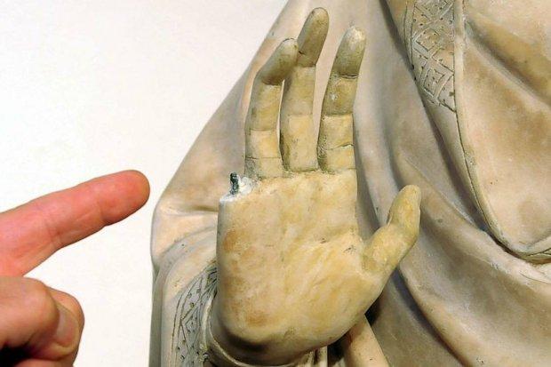 broken_statue-finger-museum-tourist